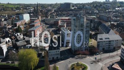 Vue Aérienne Au-Dessus D'une Rue Déserte De Lisieux Pendant Le Confinement Covid19 - Vidéo Par Drone