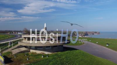 Vue Aérienne Au-Dessus D'arromanches Les Bains Pendant Le Confinement Covid19 - Vidéo Par Drone