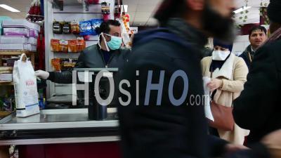 Covid 19- Caissier Avec Masque En épicerie
