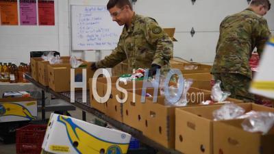 2020 - Des Soldats De L'armée Américaine Distribuent De La Nourriture Dans Une Banque Alimentaire De L'ouest Du Michigan Pendant La Pandémie De Pandémie D'urgence Du Virus Covid-19 Corona.