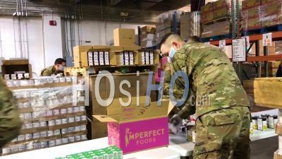 2020 - Des Soldats De L'armée Américaine Distribuent De La Nourriture à Une Banque Alimentaire De Lakewood, Dans L'État De Washington, Pendant L'épidémie De Pandémie D'urgence Du Virus Covid-19 Corona.