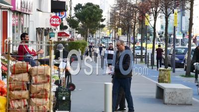 Covid19 - Personnel D'épicerie Portant Et Distribuant Des Gants
