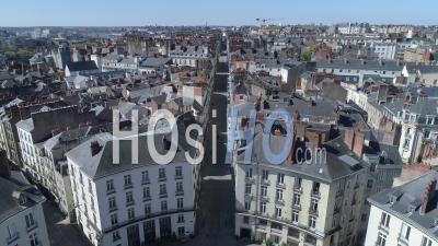 Faible Circulation Sur La Rue Crebillon Et La Place Royale Dans La Ville De Nantes, Au Jour 19 De L'épidémie De Covid-19, France - Vidéo Drone