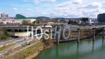 Belle Vue Aérienne D'amtrak Train De Voyageurs Arrivant à Portland, Oregon, Avec Light Rail Ci-Dessus Et Moda Center Background -  Vidéo Par Drone