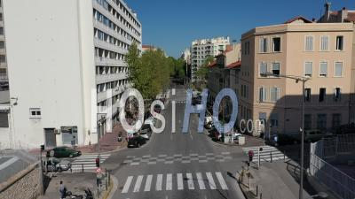Boulevard La Corderie Dans La Ville De Marseille Au 26e Jour Du Confinement De Covid-19, France -  Vidéo Par Drone