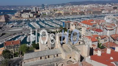 Abbaye De Saint Victor Et Du Vieux-Port, Ville De Marseille Au Jour 26 Du Confinement De Covid-19, France -  Vidéo Par Drone