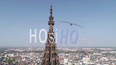 Strasbourg Under Containtment En Raison De Covid-19, La Tour Nord De La Cathédrale - Vidéo Par Drone