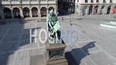 Strasbourg Under Containtment Due à Covid-19, Statue De Gutenberg - Vidéo Par Drone