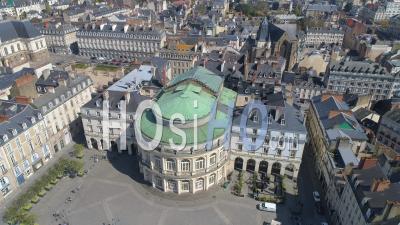Vide Place De La Mairie Et L'opéra De La Ville De Rennes Au Jour 16 De L'épidémie De Covid-19, France -  Vidéo Par Drone