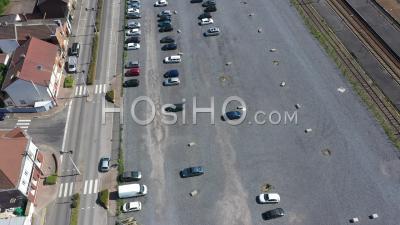Ville Vide De Bethune Pendant Le Confinement En Raison De Covid-19 - Parking Vide - Séquences Vidéo De Drone