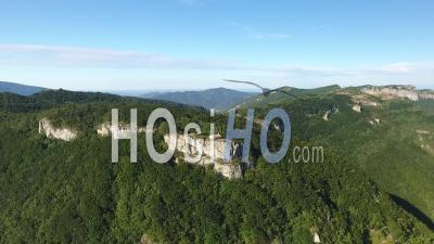 Falaise Avec Une église Au Sommet D'une Montagne Verte, France - Vidéo Drone