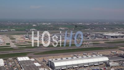 L'aéroport D'heathrow Pendant Le Confinement De Covid-19, Londres Filmé Par Hélicoptère