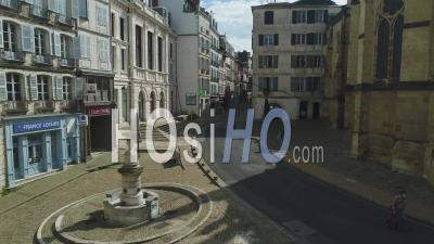 Vue Depuis Bayonne Sur La Rue Espagne Avec Des Personnes Portant Un Masque Pendant Le Confinement De Covid-19, France -Video Par Drone