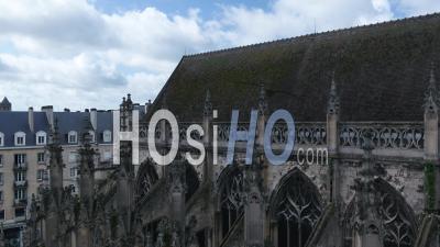 Au-Dessus De L'église Saint Pierre De Caen Et De La Rue Du Désert Pendant Le Confinement En Raison De Covid-19 - Vidéo Drone