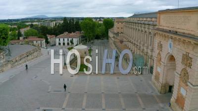 Montpellier Et Son Arc De Triomphe Lors De L'épidémie De Covid-19, France - Vidéo Drone