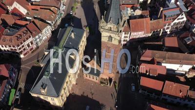 Ville Vide D'obernai Pendant Le Confinement En Raison De Covid-19 - Beffroi – Place Du Marché - Vidéo Drone