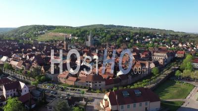 Ville Vide D'obernai Pendant Le Confinement En Raison De Covid-19 - Séquence Vidéo Du Drone