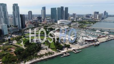 Centre-Ville De Miami Pendant La Pandémie De Covid-19 (bayfront Park, Bayside Market, American Airlines Arena) - Vidéo De Drone