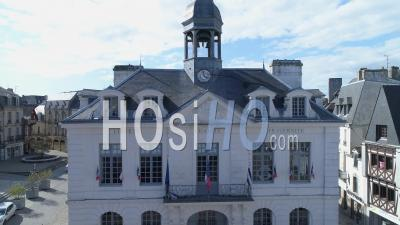 Hôtel De Ville D'auray, Au 19e Jour De L'épidémie Due Au Covid-19, Morbihan, Bretagne, France - Vidéo Drone