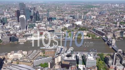 Vue Le Long De La Tamise D'est En Ouest De La Tour De Londres à La Cathédrale St Paul Pendant Le Confinement Du Au Covid-19, Londres Filmé Par Hélicoptère