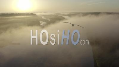 Champtoceaux France Loire Atlantique Loire Brouillard Matin Rivière Lever De Soleil - Vidéo Prise Par Drone
