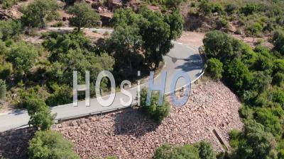 Cycliste Sur Une Route De Montagne Sinueuse Filmée Par Drone