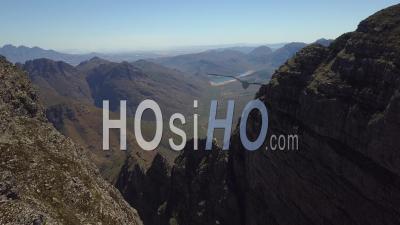 Mountain Ridge Avec Barrage En Arrière-Plan