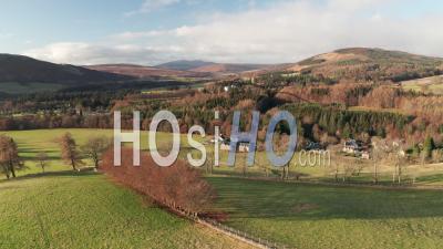 Belle Campagne écossaise Avec Des Montagnes En Arrière-Plan - Vidéo Aérienne Par Drone