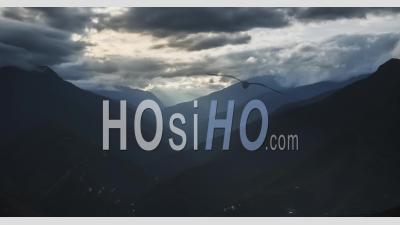 Timelapse Du Paysage Des Andes En Bolivie. Laps De Temps De La Lumière Du Soleil Et Des Rayons Du Soleil Remplissant La Vallée Et Les Paysages De La Forêt Tropicale En Amérique Du Sud