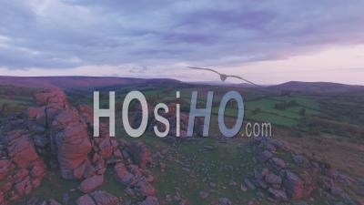 Paysage De Campagne Britannique Dans Le Parc National De Dartmoor Au Lever Du Soleil, Devon, Angleterre, Royaume-Uni. Prise De Vue Drone