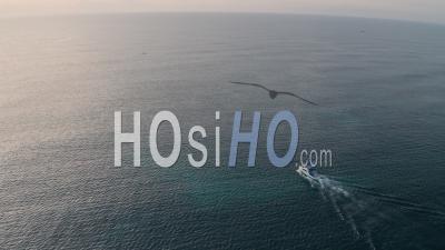 Bateau à Moteur De Pêche En Haute Mer Au Lever Du Soleil à Watamu, Malindi, Kenya. Vidéo Aérienne Par Drone