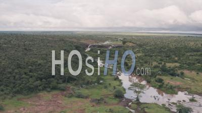 Réserve De Conservation De La Faune De La Rivière Et De La Savane à Laikipia, Kenya. Vidéo Aérienne Par Drone