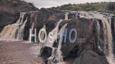 Cascade Dans La Rivière à Laikipia, Kenya. Vidéo Aérienne Par Drone