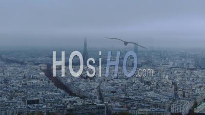 Images Aériennes De Paris Et De La Tour Eiffel Sous Un Ciel Nuageux, Vu De L'hélicoptère