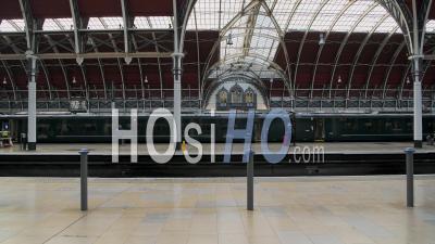 Train Vide Arrivant à La Gare De Paddington Pendant Le Confinement Du Au Coronavirus Covid-19 à Londres Lorsque Les Transports Publics Et Les Voyages étaient Calmes Et Déserts Avec Aucun Peuple En Angleterre, Europe