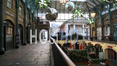 Londres Dans Le Confinement Du Au Coronavirus Au Marché De Covent Garden, Avec Des Routes Vides, Des Rues Calmes, Pas De Gens Et Des Magasins Fermés Fermés Dans Une Zone Touristique Populaire Pendant La Pandémie De Coronavirus En Angleterre, Europe