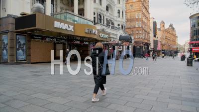 Londres à Covid-19 Coronavirus Lockdown à Leicester Square Avec Des Rues Inhabituellement Calmes Et Le Casino Imax Et Empire Fermé, Fermé En Raison De La Pandémie Mondiale En Angleterre, En Europe