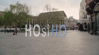 Londres à Covid-19 Coronavirus Lockdown à Leicester Square Avec Des Rues Inhabituellement Calmes Et Des Magasins Fermés Fermés Dans Une Zone Touristique Populaire Pendant La Pandémie Mondiale En Angleterre, Europe