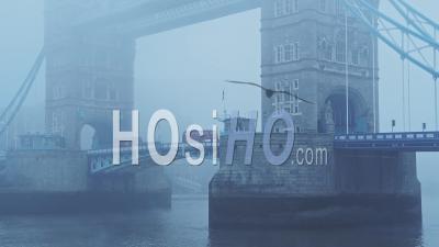 La Conduite De Bus Rouge De Londres Sur Le Tower Bridge Sur Un Matin Atmosphérique Bleu Brumeux Dans Le Brouillard Et La Brume Sur Le Coronavirus Covid-19 Lockdown Day One Dans Des Conditions Météorologiques Brumeuses, England, Uk