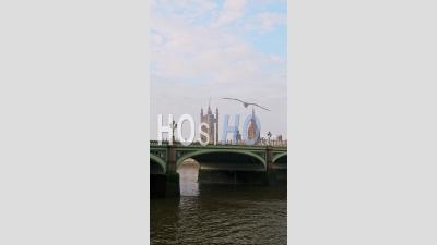 Vidéo Verticale De La Tamise Et Du Pont De Westminster à Londres Dans Le Confinement Du Au Coronavirus Covid-19, Montrant Le Célèbre Bâtiment Emblématique Calme Et Vide Et Attraction Touristique En Angleterre, Royaume-Uni