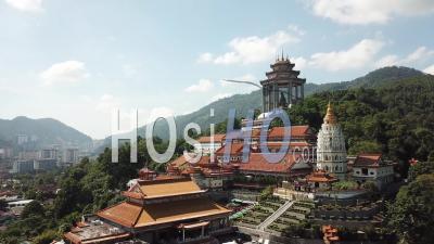 Vue Aérienne De Voler Vers Le Temple De Kek Lok Si, Penang - Vidéo Drone