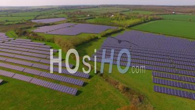 Aerial View Of Solar Farm Northamptonshire Angleterre, Royaume-Uni - Video Drone Footage