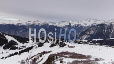 Images Aériennes De La Station De Ski De Courchevel Et Des Pistes De Ski Désertes Pendant Le Verrouillage De Covid-19, Filmées Par Drone
