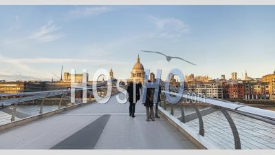 London Hyperlapse Timelapse, Hyper Lapse Time Lapse De Personnes Marchant Sur La Cathédrale St Paul Et Millennium Bridge, Le Bâtiment Emblématique Du Centre De Londres En Angleterre, Royaume-Uni