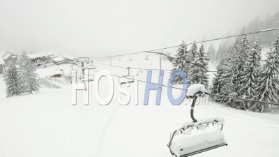 Télésiège Vide Et Station De Ski Fermée - Vidéo Par Drone
