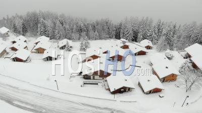 Chalets Vides Dans La Station De Ski Pendant La Pandémie - Séquence Vidéo De Drone