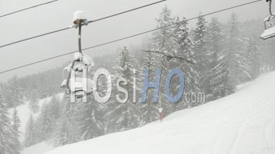 Télésiège Vide Dans La Station De Ski Française, Restrictions Pandémiques - Séquence Vidéo De Drone