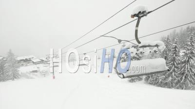 Télésiège Vide Dans La Station De Ski De Peisey-Vallandry Dans Les Alpes Françaises - Vidéo Par Drone