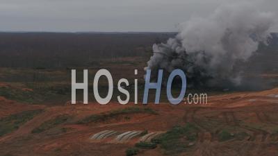 Explosion Explosive Sur Un Terrain D'entraînement Militaire -Vidéo Par Drone