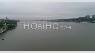 Une Journée Nuageuse à New York. - Vidéo Par Drone